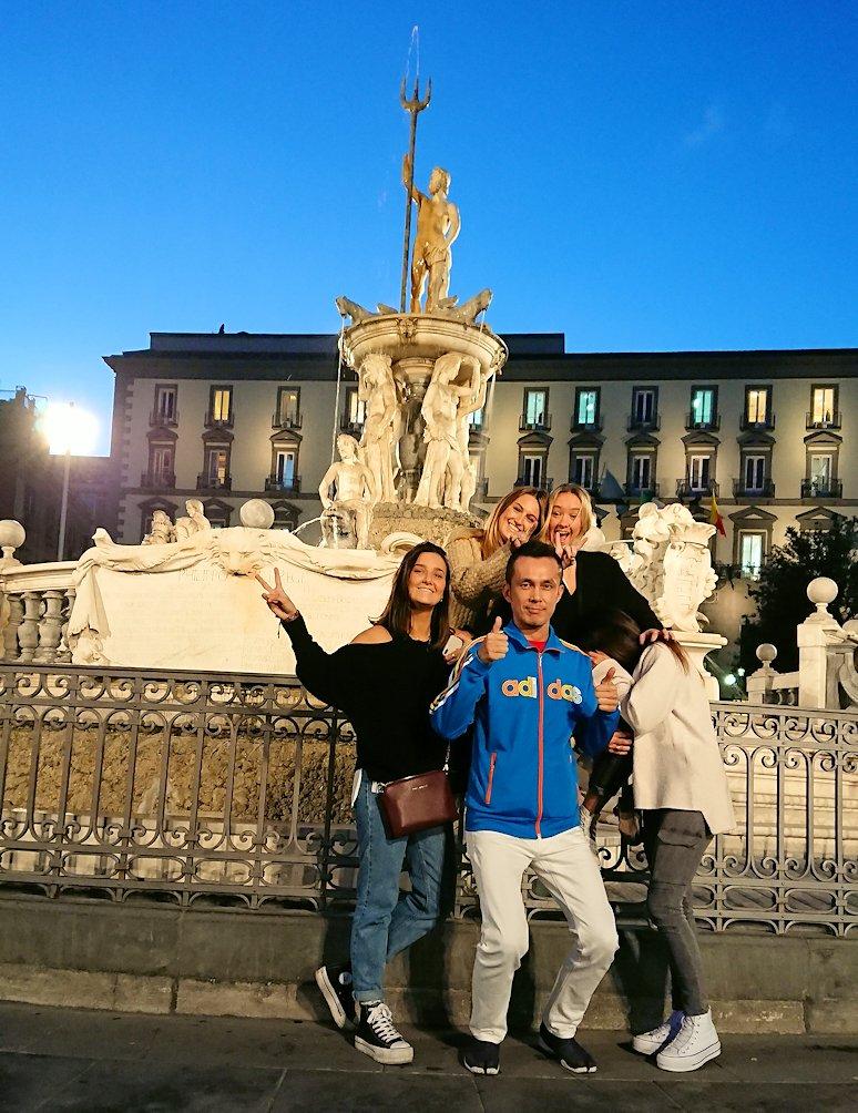 ナポリのムニチビオ広場で記念撮影する美女たちと一緒に撮影2
