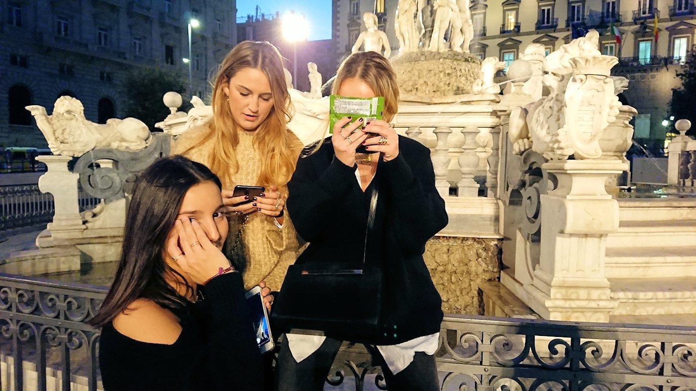 ナポリのムニチビオ広場で記念撮影する美女たち3