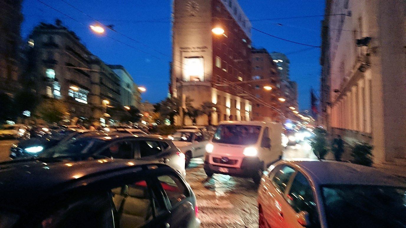 ナポリの街でバスから降りて歩く途中
