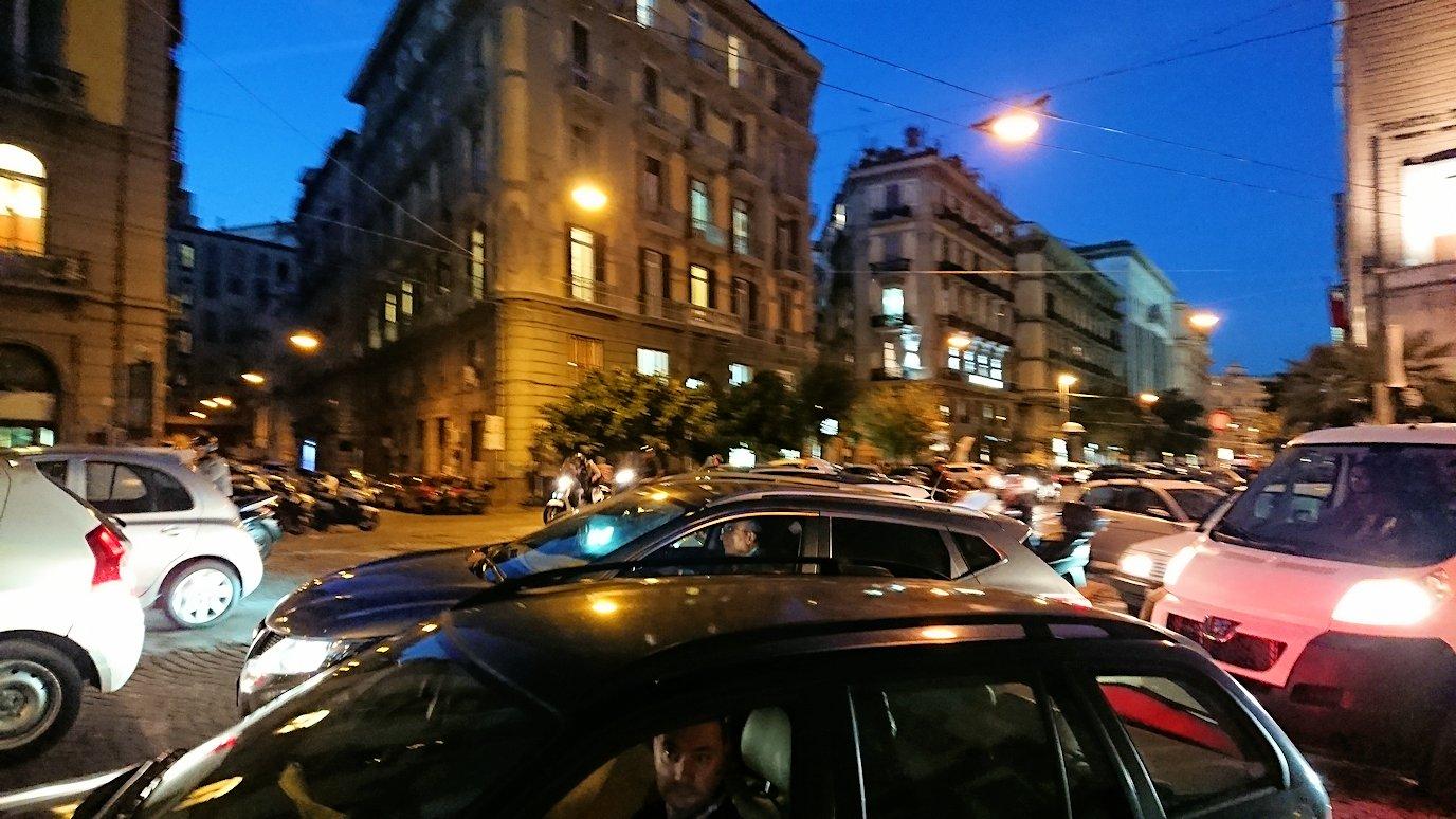 ナポリの街でバスから降りて歩く途中2