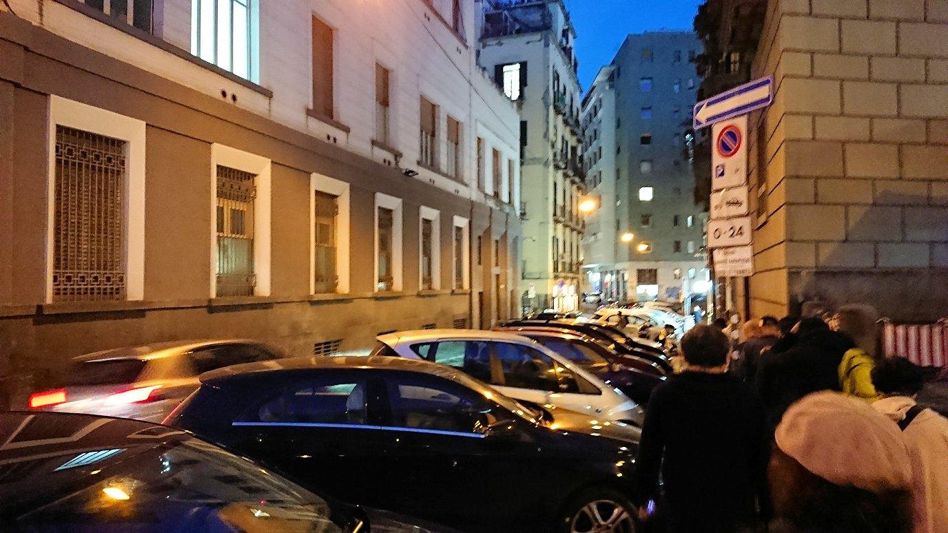 ナポリの街でレストランに向かって歩く