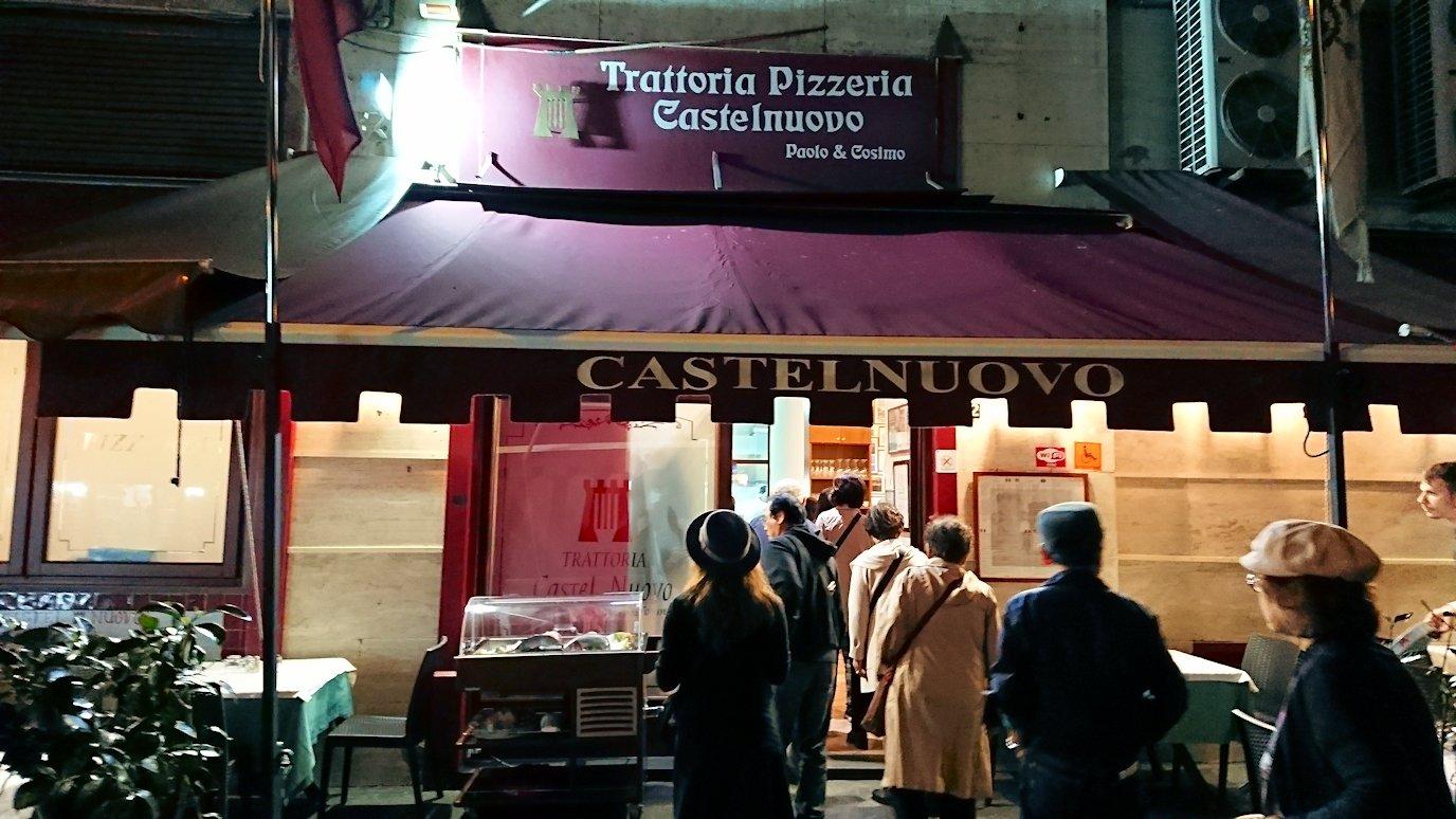 ナポリの街でレストランに向かって歩く2