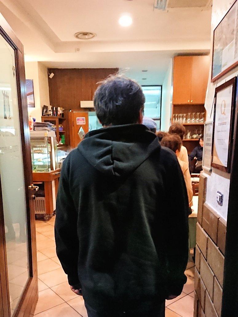 ナポリの街のレストランに到着2