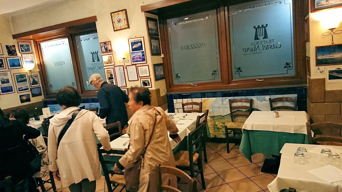 ナポリの街のレストランに入る2