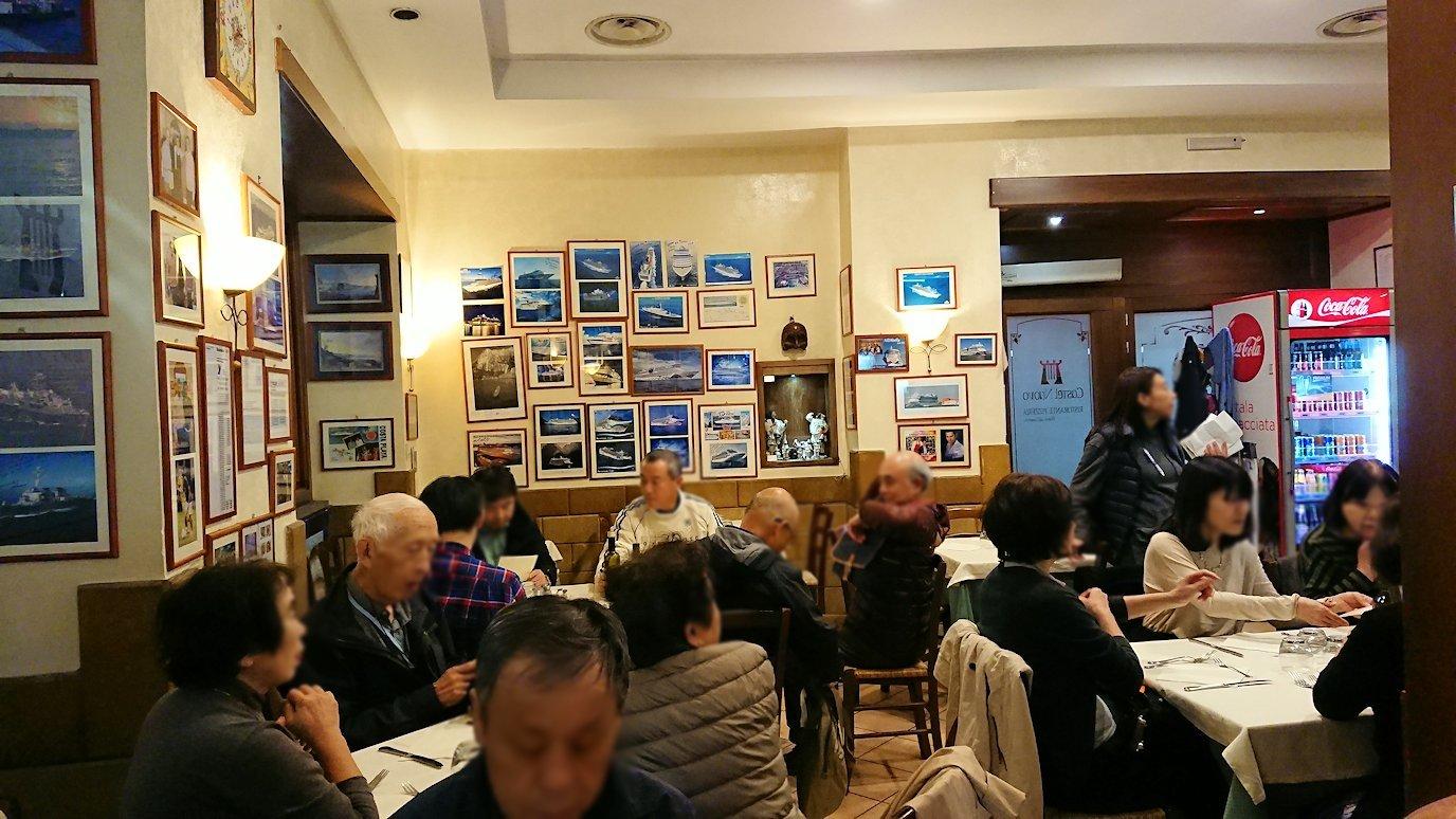 ナポリの街のレストランに入る4