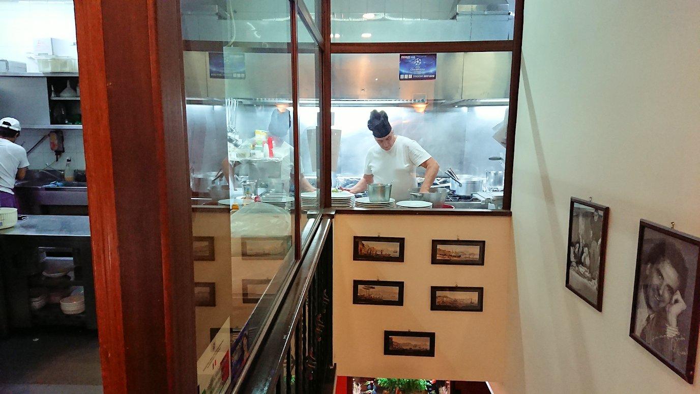 ナポリの街のレストランの内部の様子