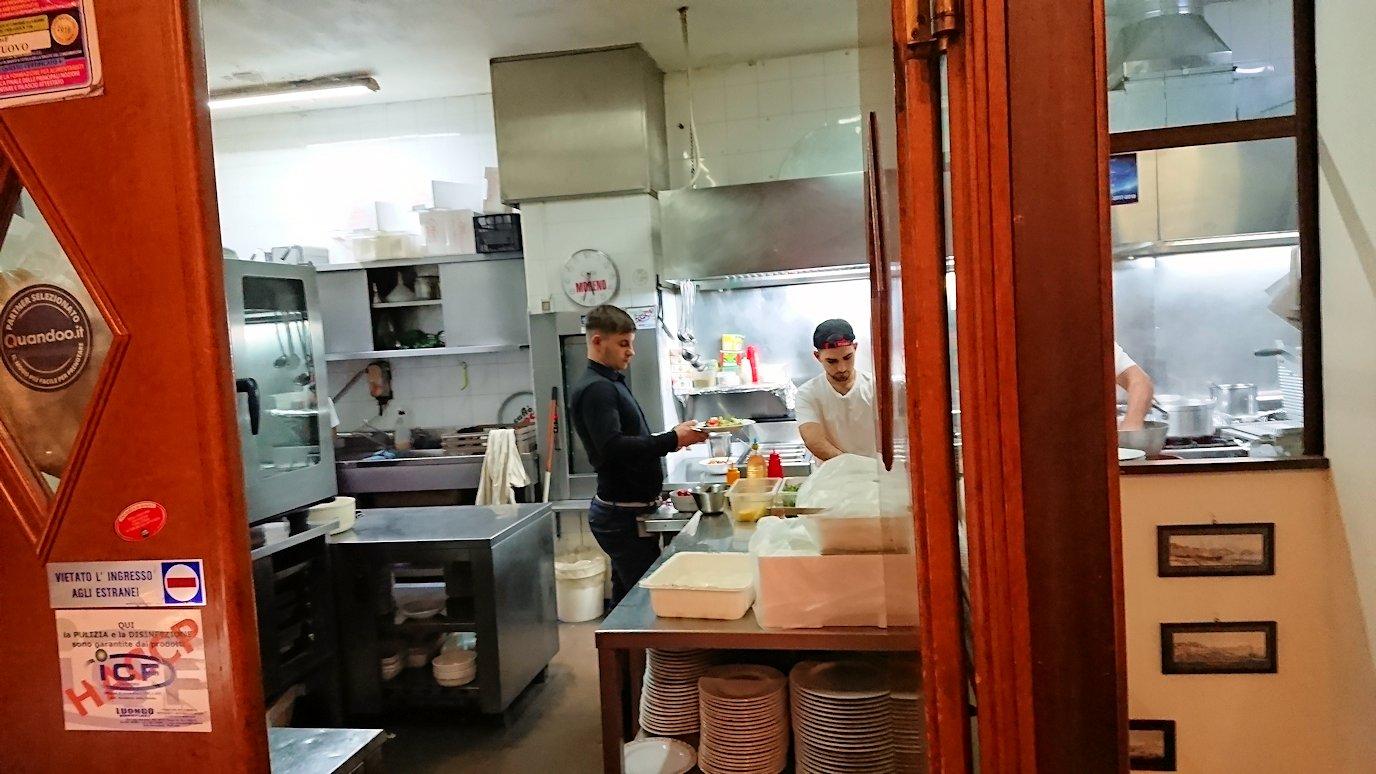 ナポリの街のレストランの内部の様子2