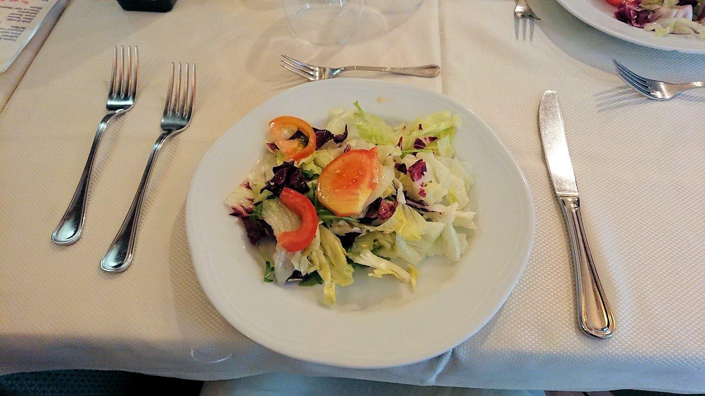 ナポリの街のレストランの前菜