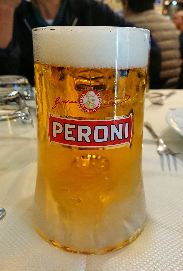 ナポリの街のレストランのビール