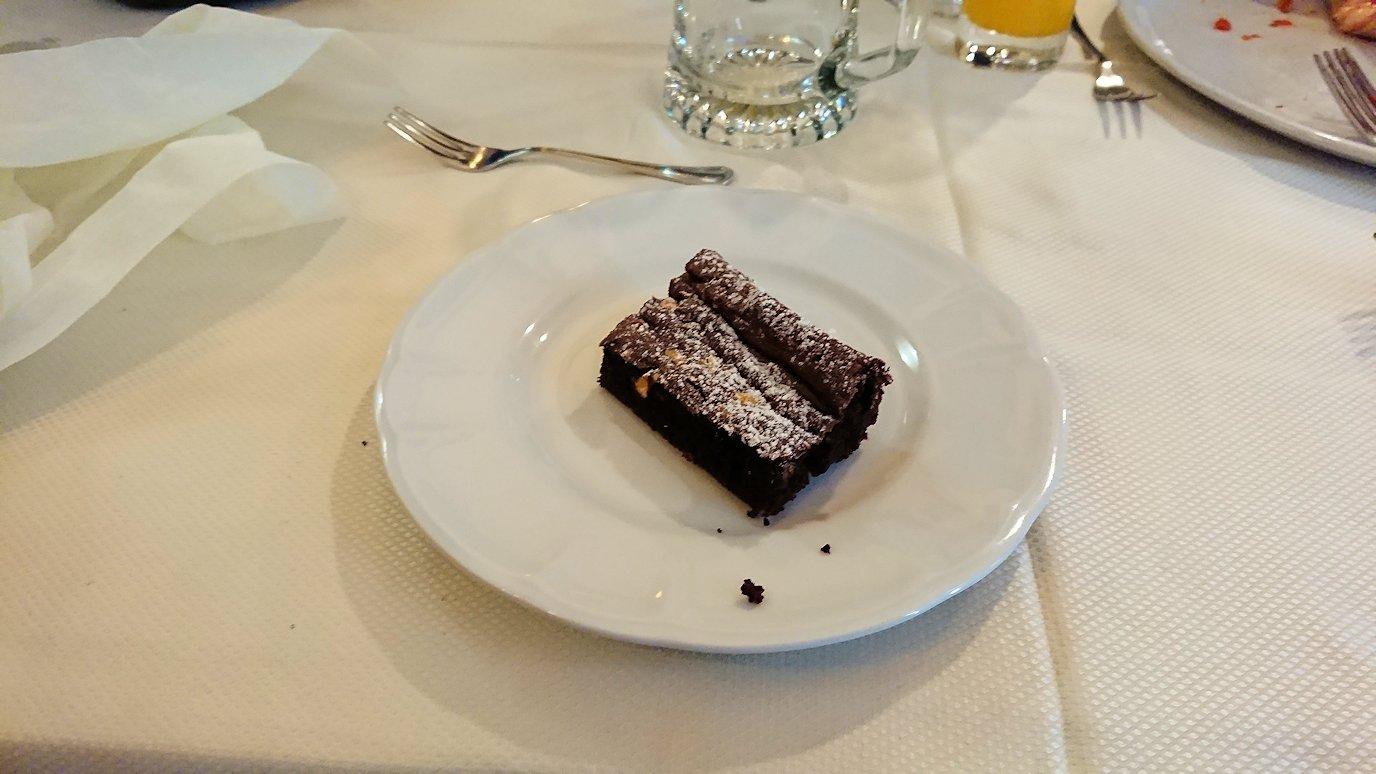 ナポリの街のレストランのデザート
