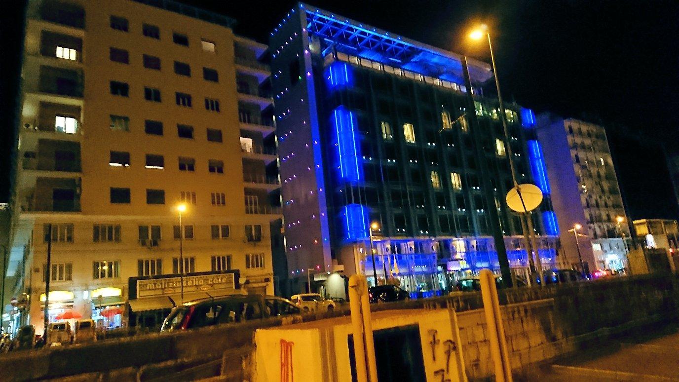 夜のナポリの街並み