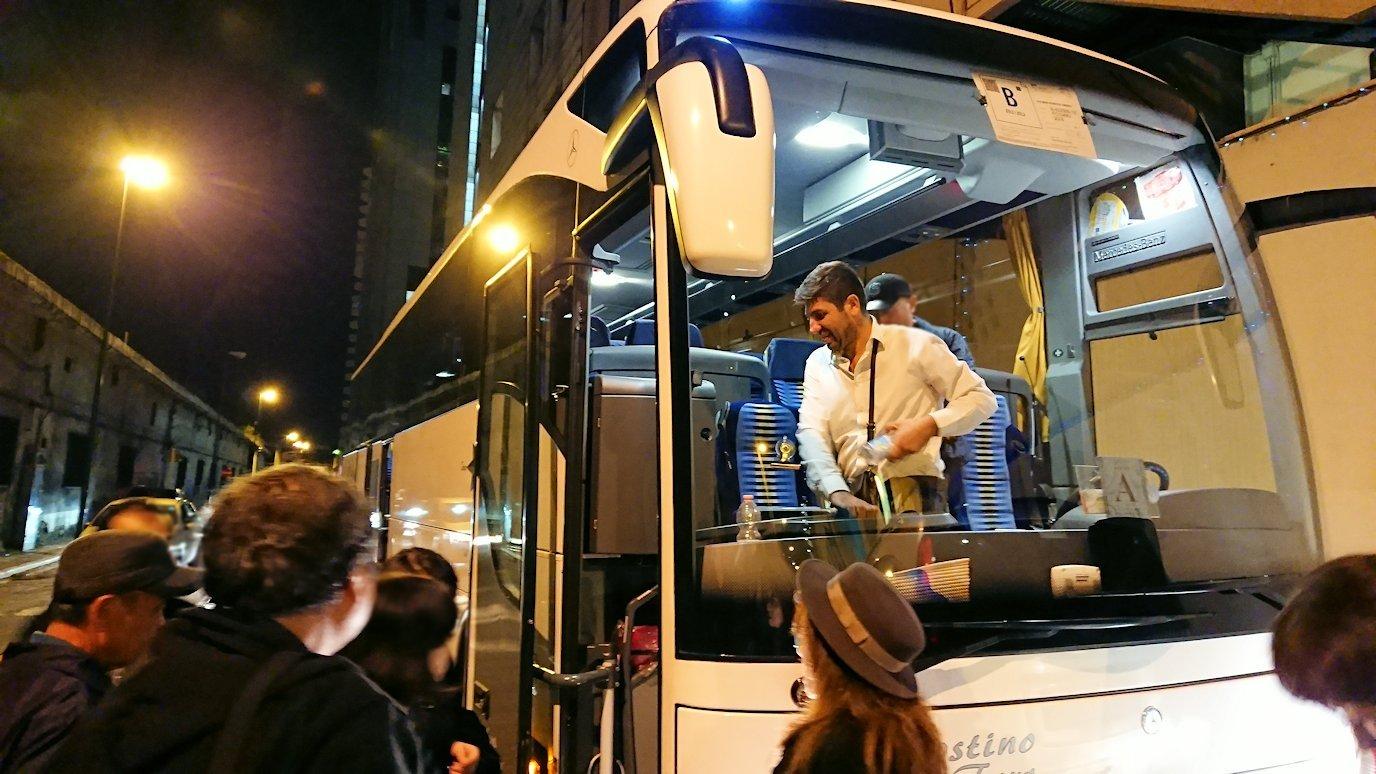 ナポリのホテルに到着しバスを降りる
