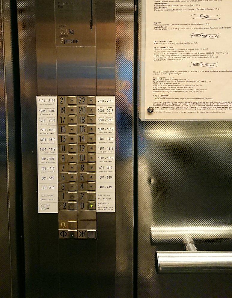 ナポリのホテルのエレベーター