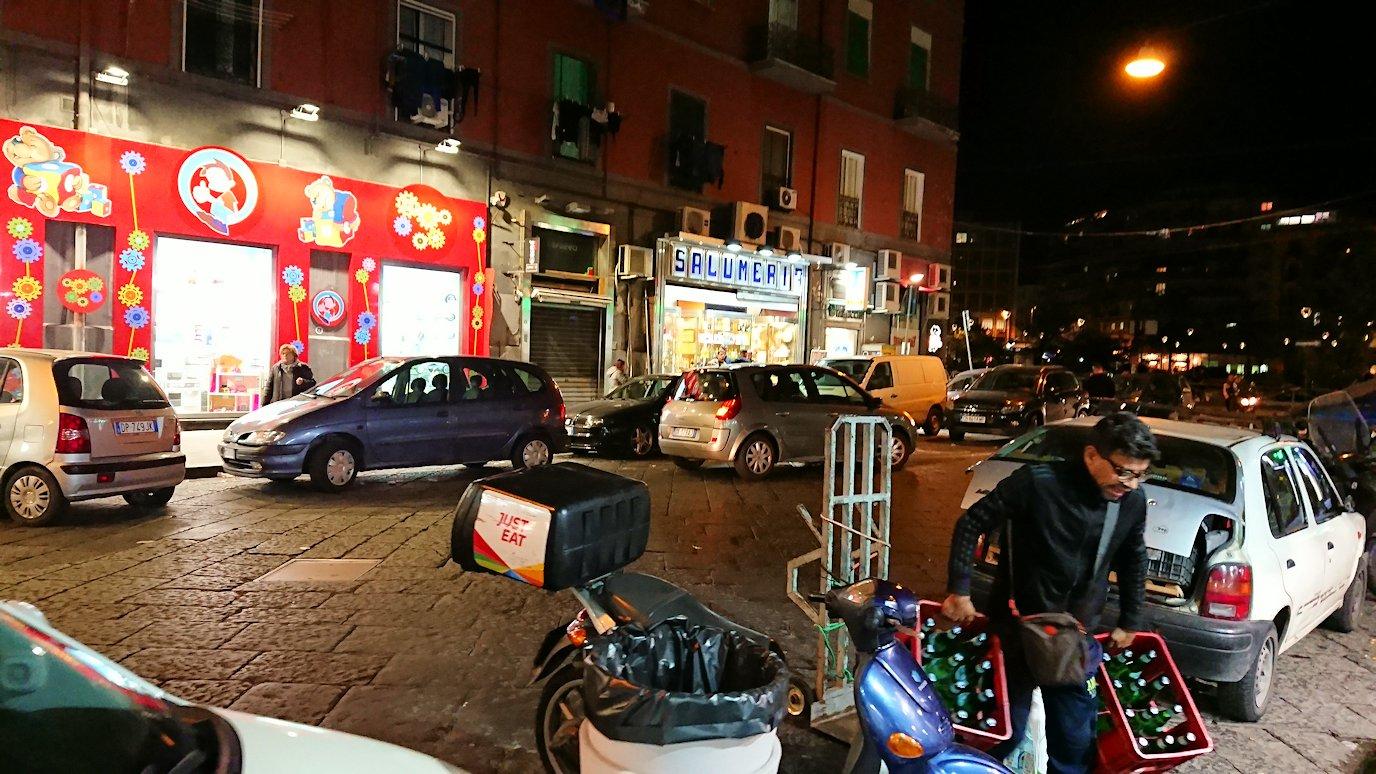 夜のナポリの街でスーパーを目指して出発2