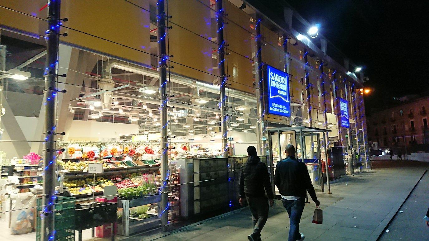 夜のナポリの街でスーパーを目指して進む2