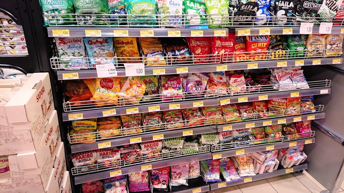 夜のナポリの街でスーパーマーケットに到着