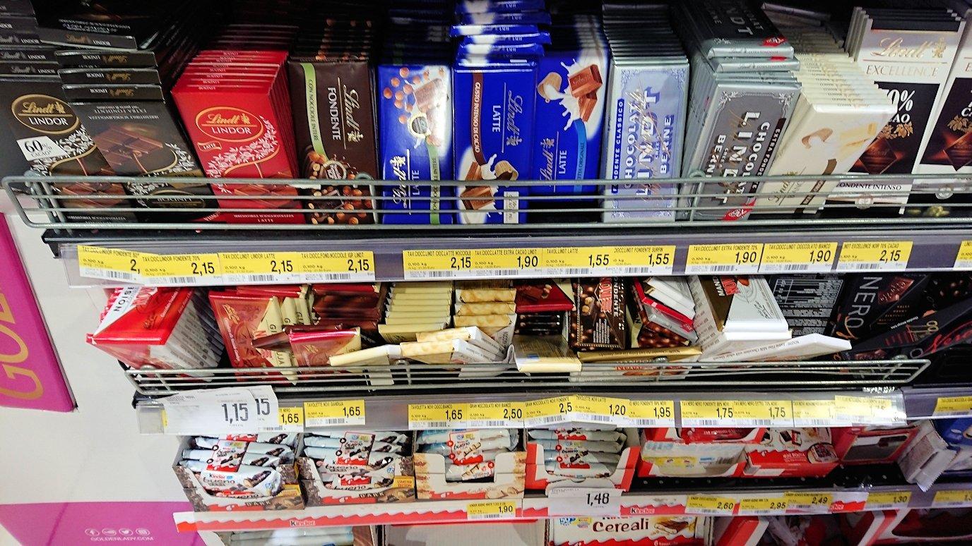 夜のナポリの街でスーパーマーケットの店内の様子2