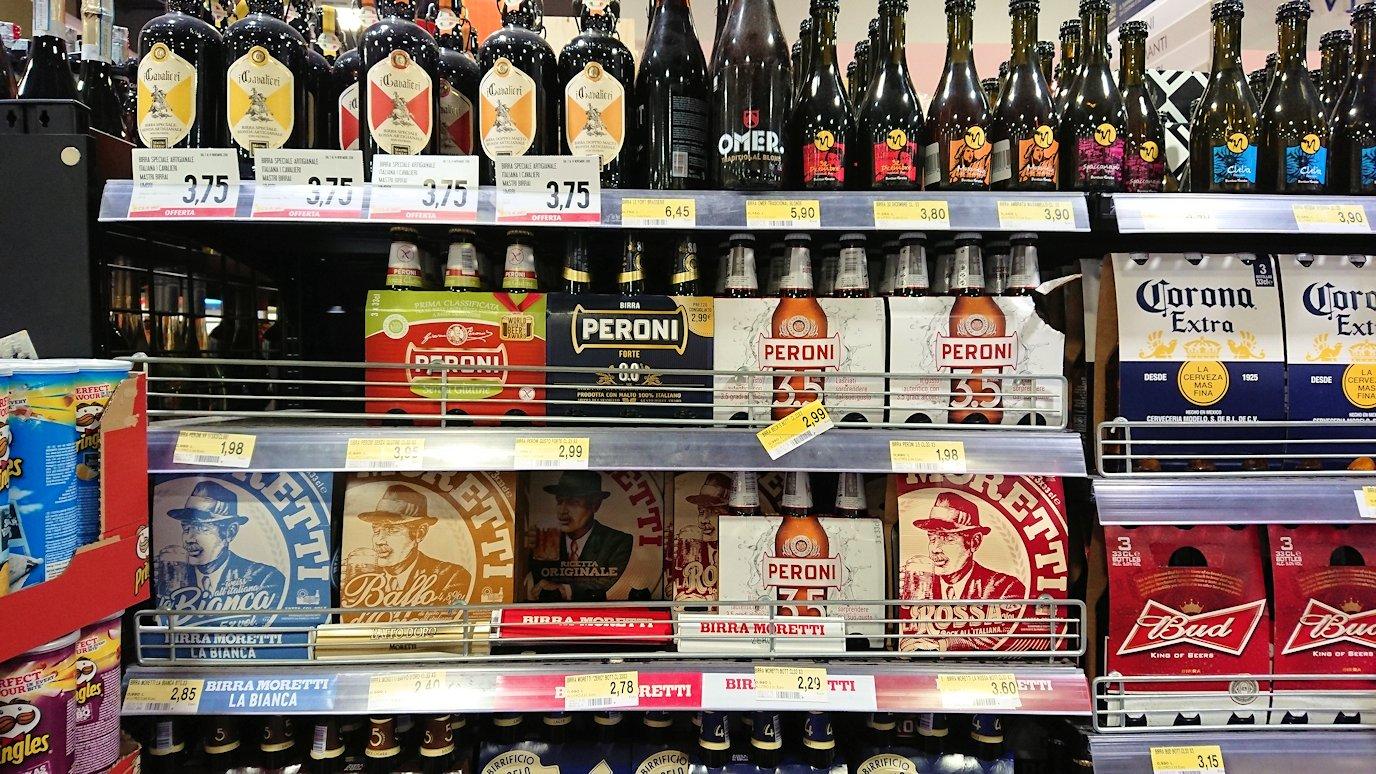 夜のナポリの街でスーパーマーケットの店内の様子3