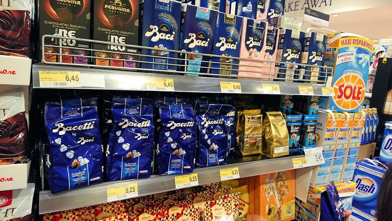 夜のナポリの街でスーパーマーケットの店内の様子4