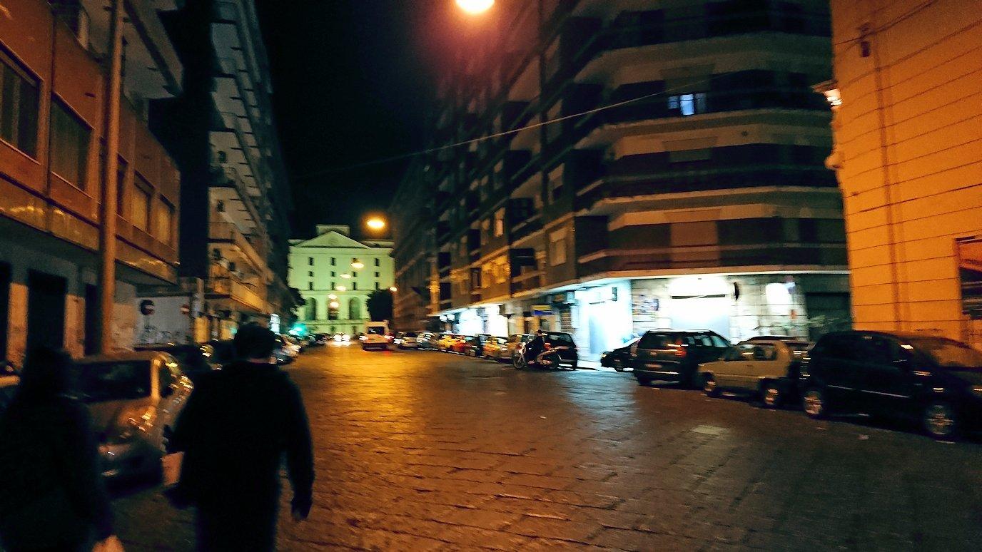 夜のナポリの街でスーパーマーケットから帰る様子