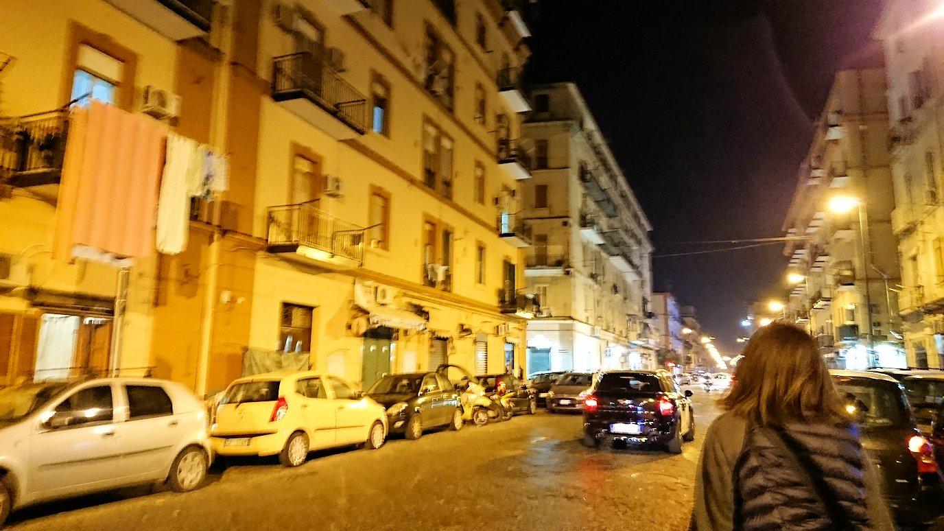 夜のナポリの街でスーパーマーケットから帰る様子2