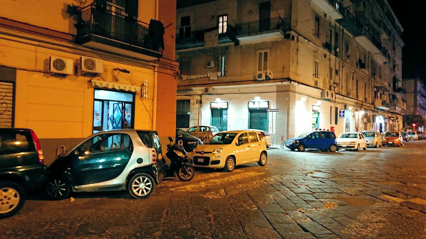 夜のナポリの街でスーパーマーケットから帰る様子3
