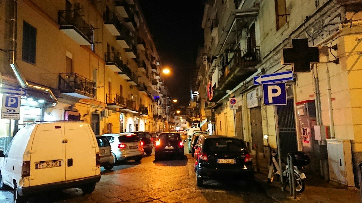 夜のナポリの街でスーパーマーケットから帰る様子4