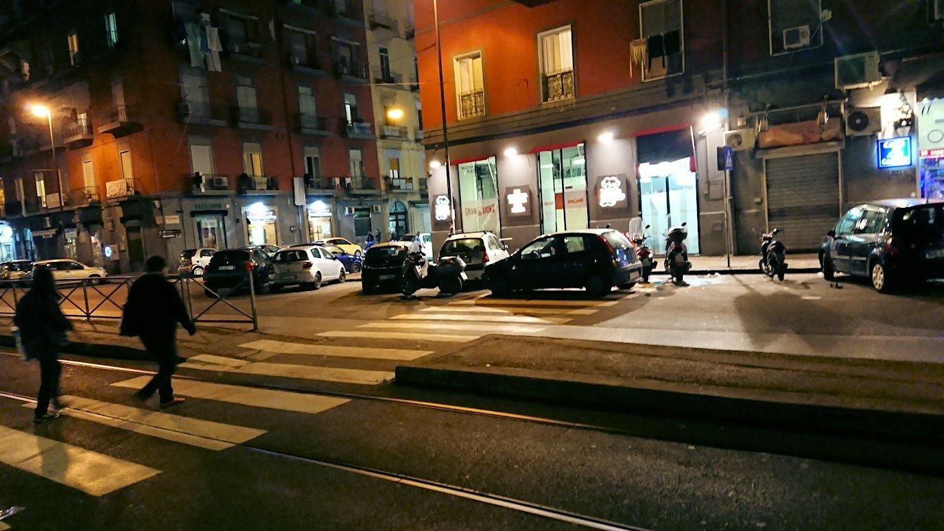 夜のナポリの街でスーパーマーケットから帰る様子5