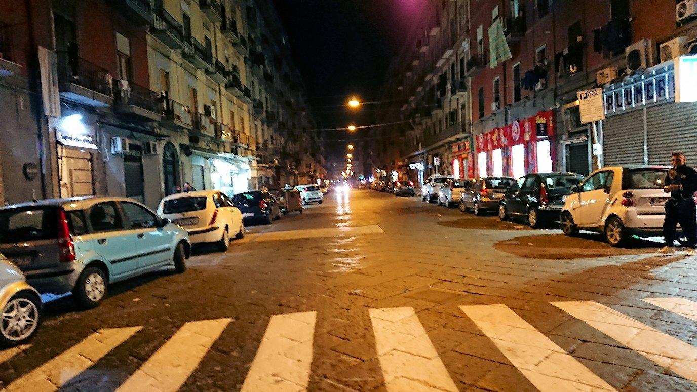夜のナポリの街でスーパーマーケットから帰る様子6