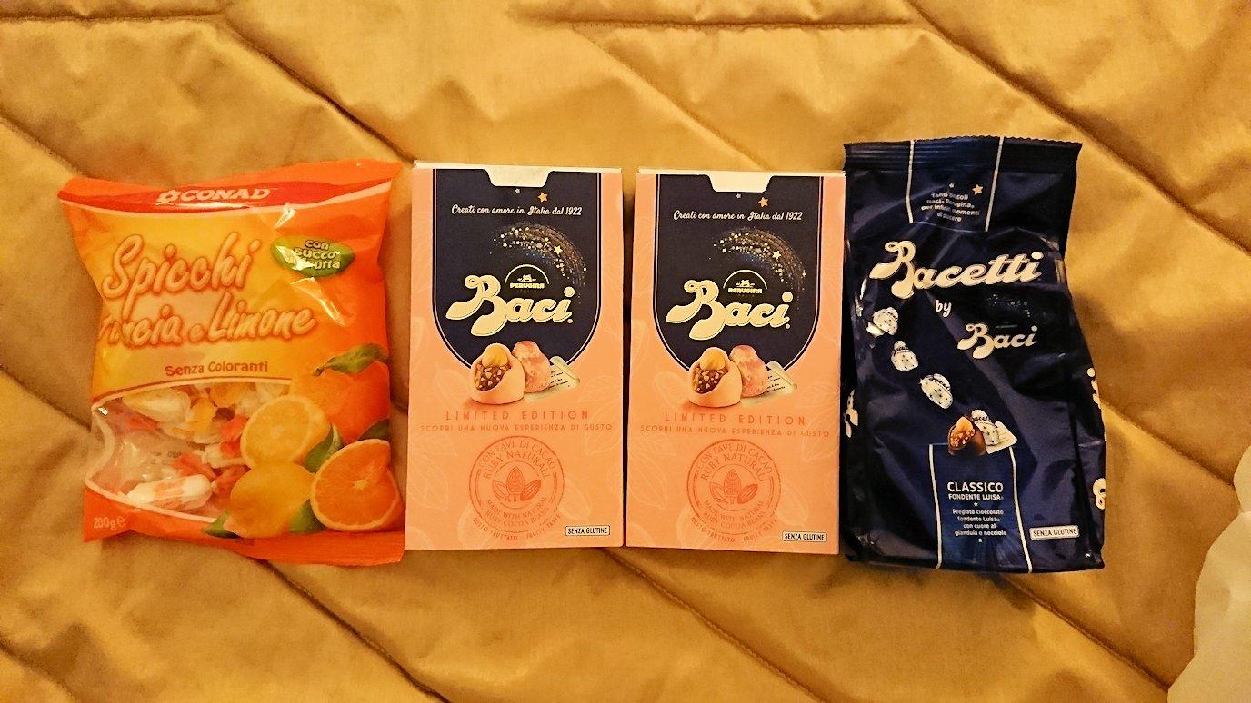 夜のナポリの街でスーパーマーケットで買った物2