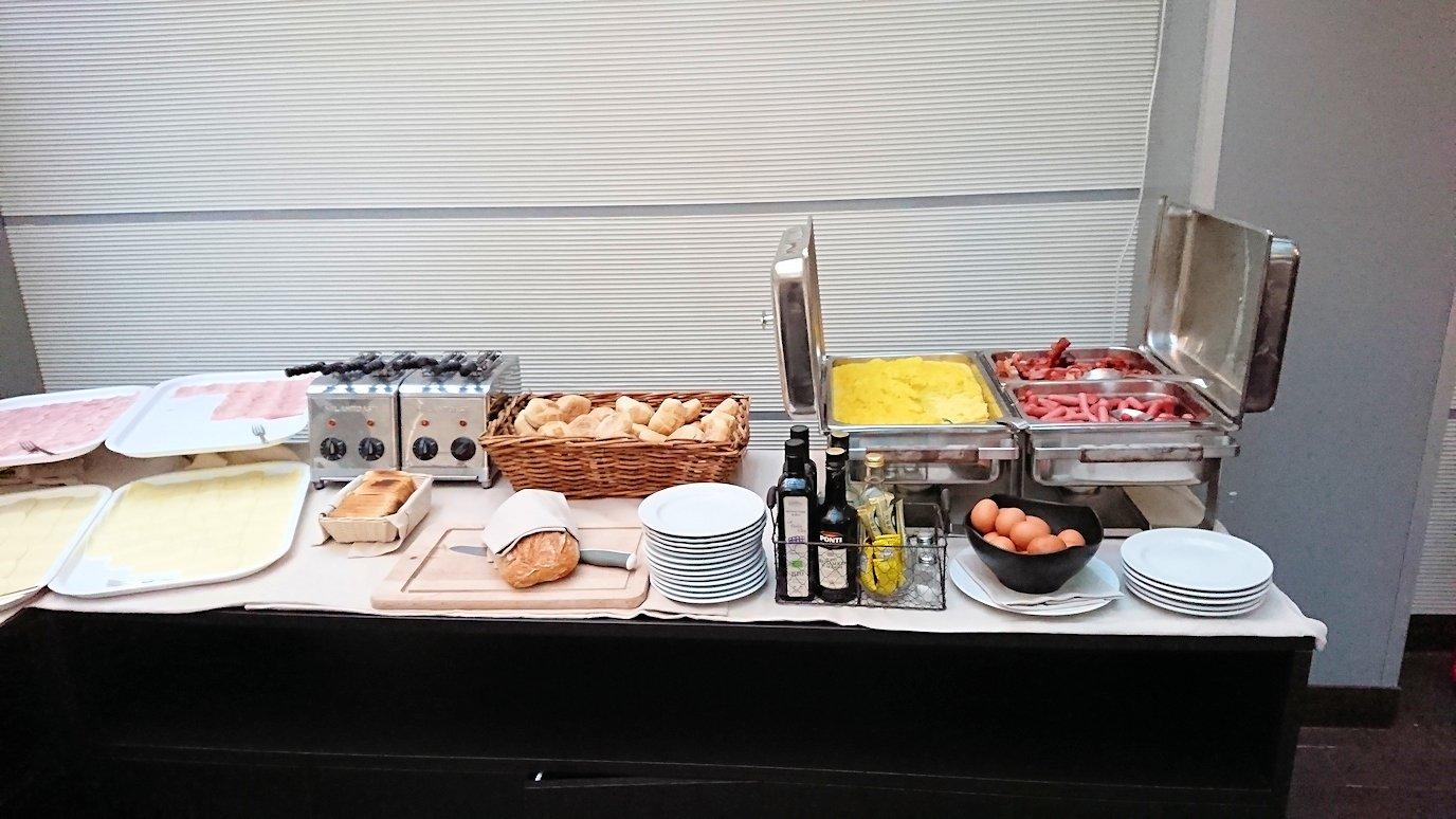 ホリデイインナポリでの朝食バイキングの様子