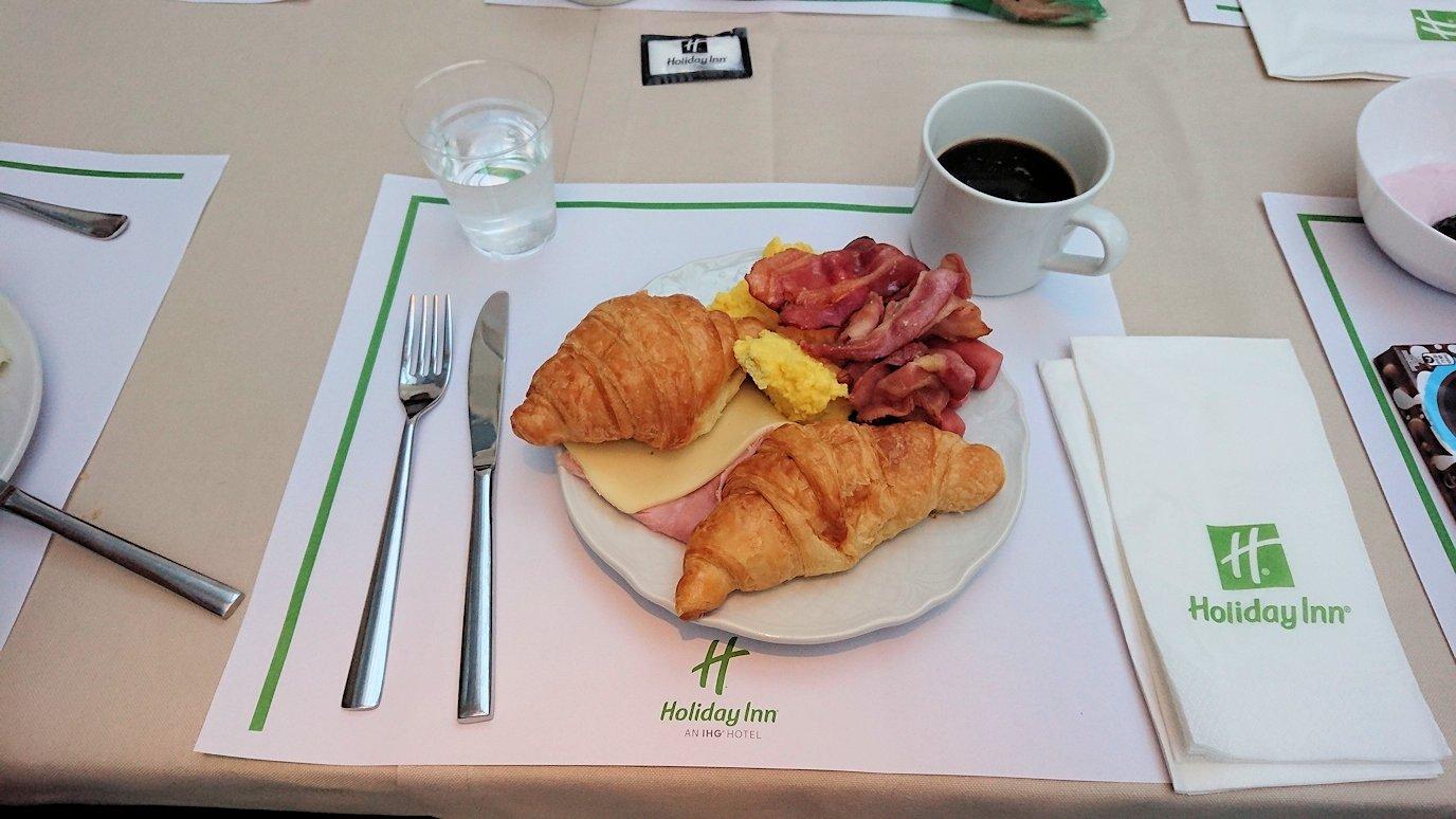 ホリデイインナポリでの朝食バイキングの様子3