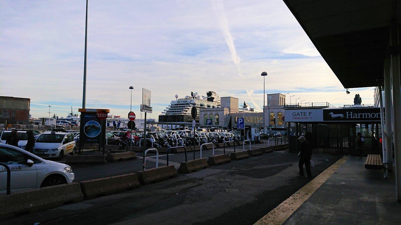 ナポリの水上バス乗り場の様子3