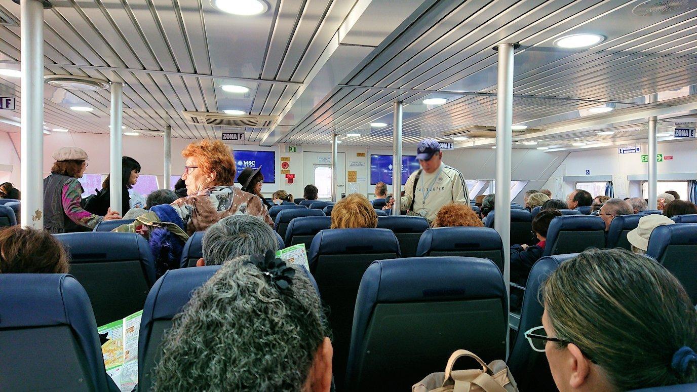 ナポリの水上バスに乗り込む3