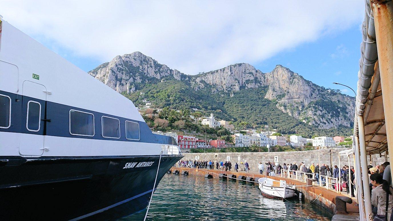 ナポリから出る水上バスでカプリ島に到着