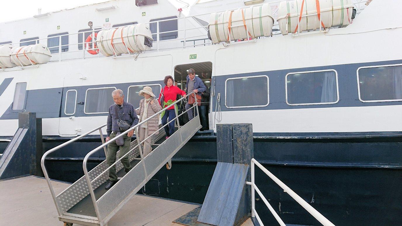 ナポリから出る水上バスでカプリ島に到着2