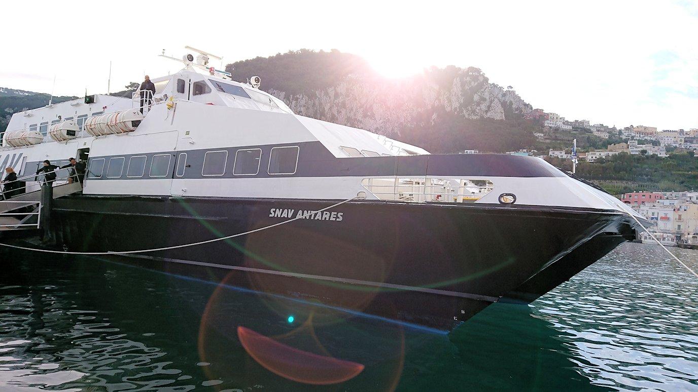 ナポリから出る水上バスでカプリ島に到着5