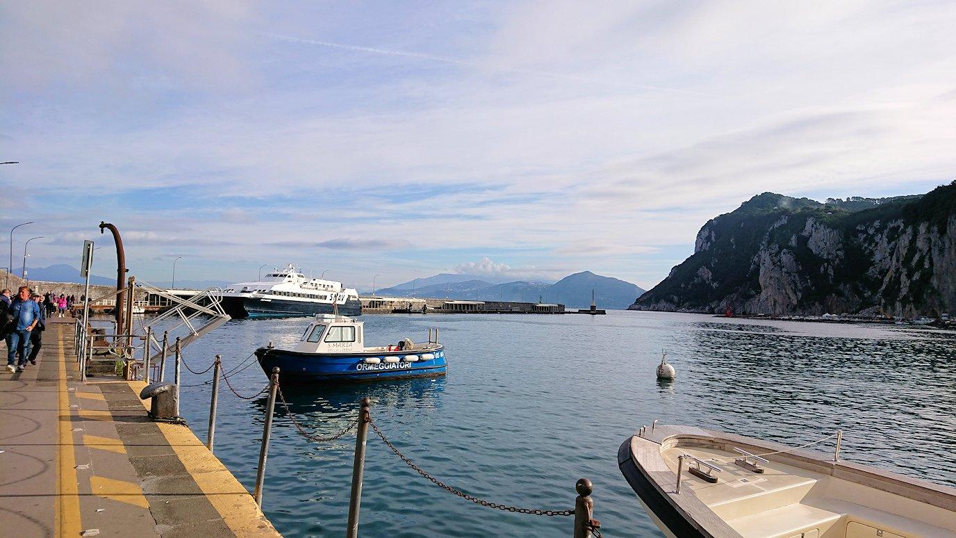 ナポリから出る水上バスでカプリ島に到着7