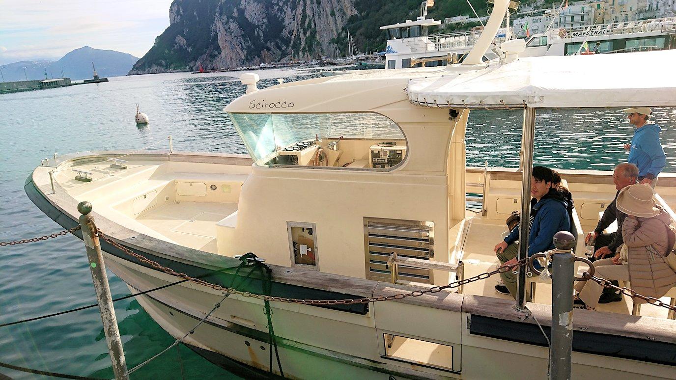 カプリ島から青の洞窟を見に行くボートに乗り込む