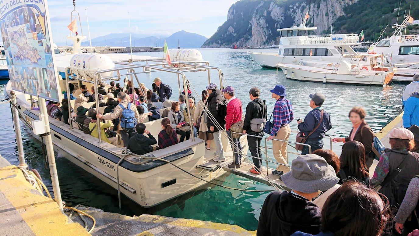 カプリ島から青の洞窟を見に行くボートに乗り込む6