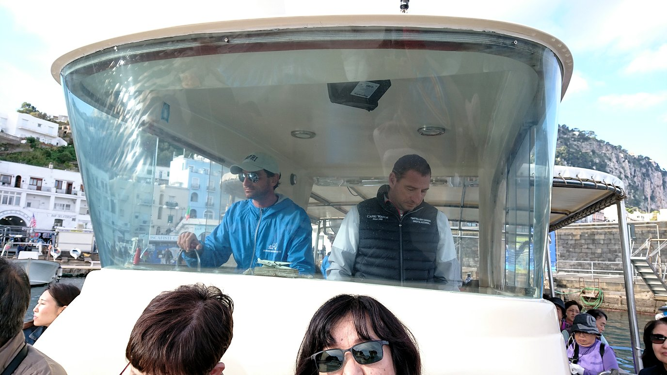 カプリ島から青の洞窟を見に行くボートに乗り込む7