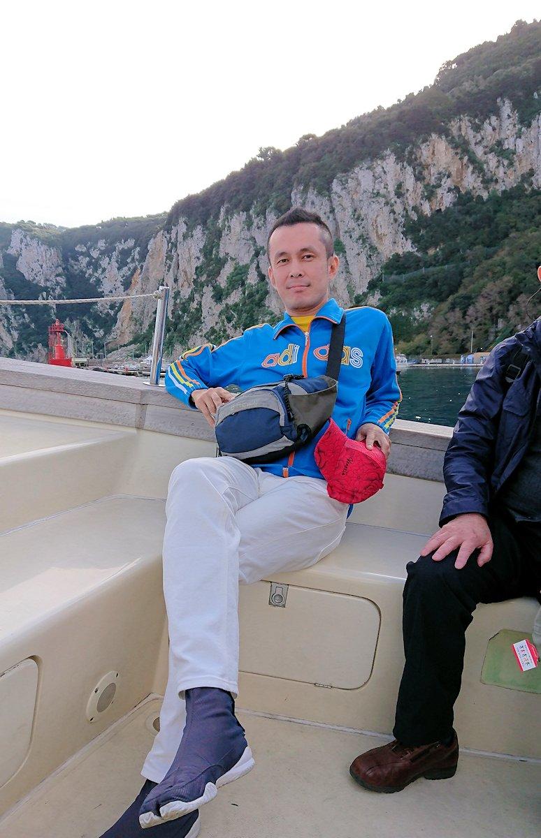カプリ島から青の洞窟を見に行くボートに乗る