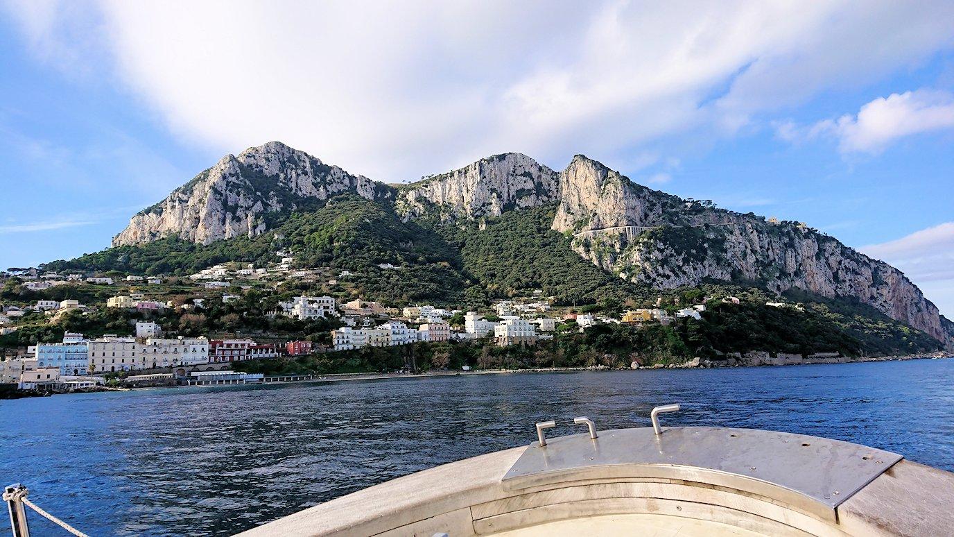 カプリ島から青の洞窟を見に行く船からの景色