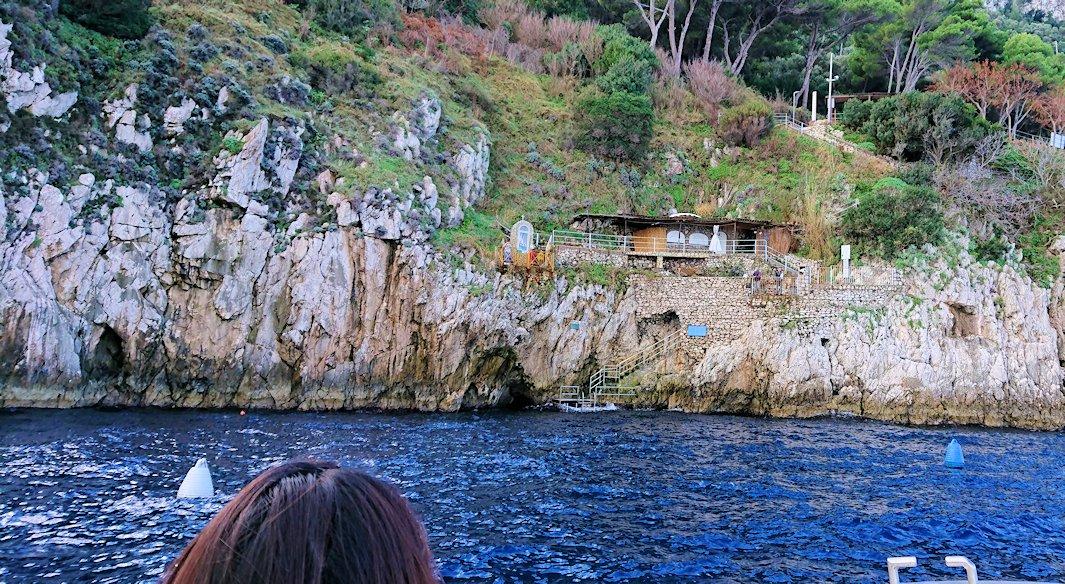 カプリ島から出る船で青の洞窟に到着