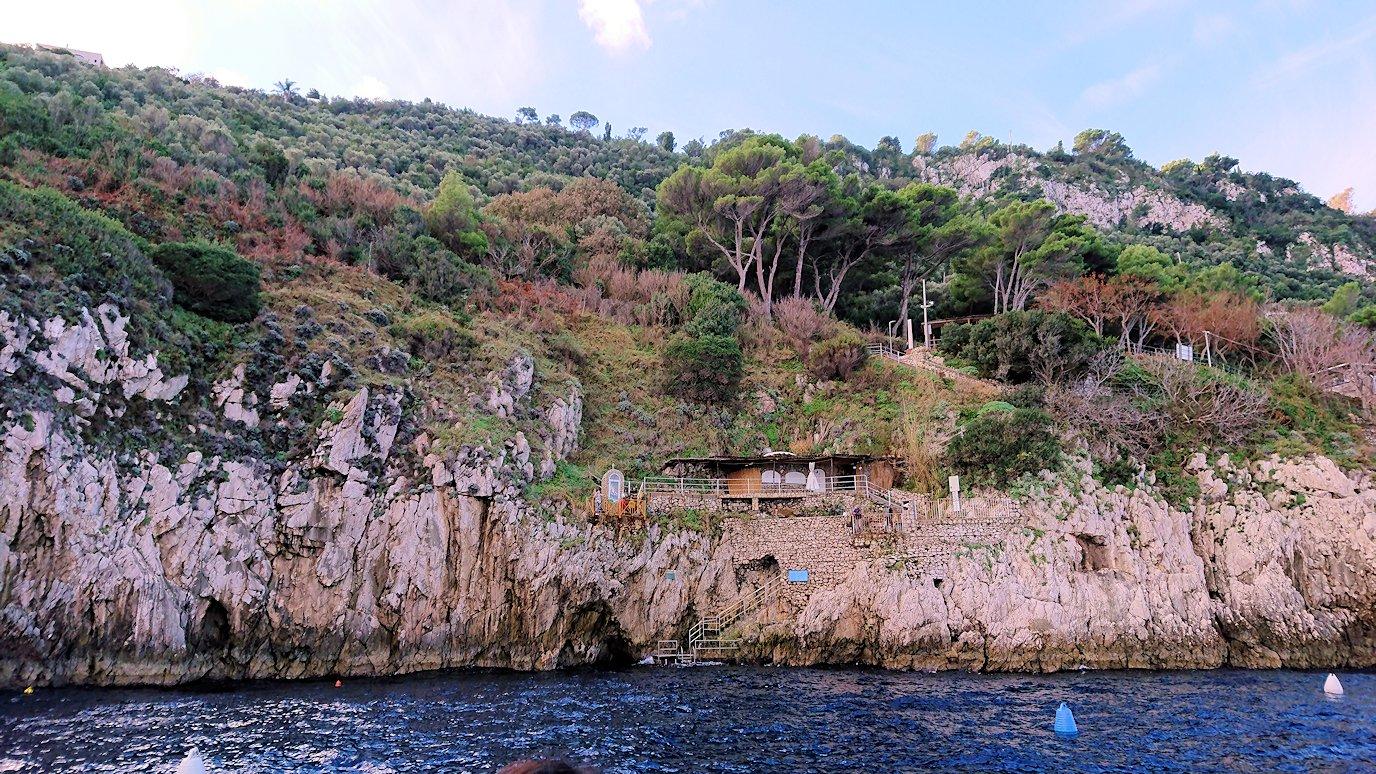 カプリ島から出る船で青の洞窟に到着2