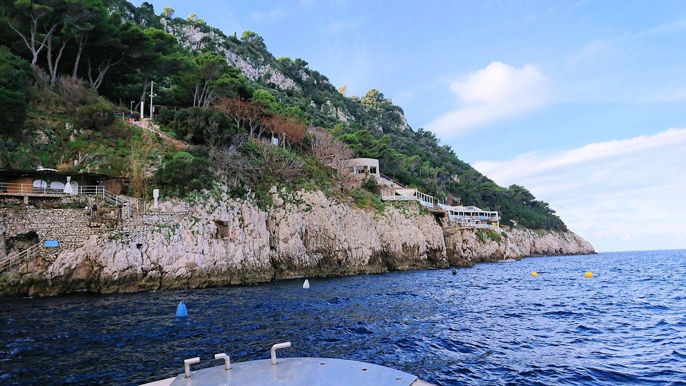 カプリ島から出る船で青の洞窟に到着3