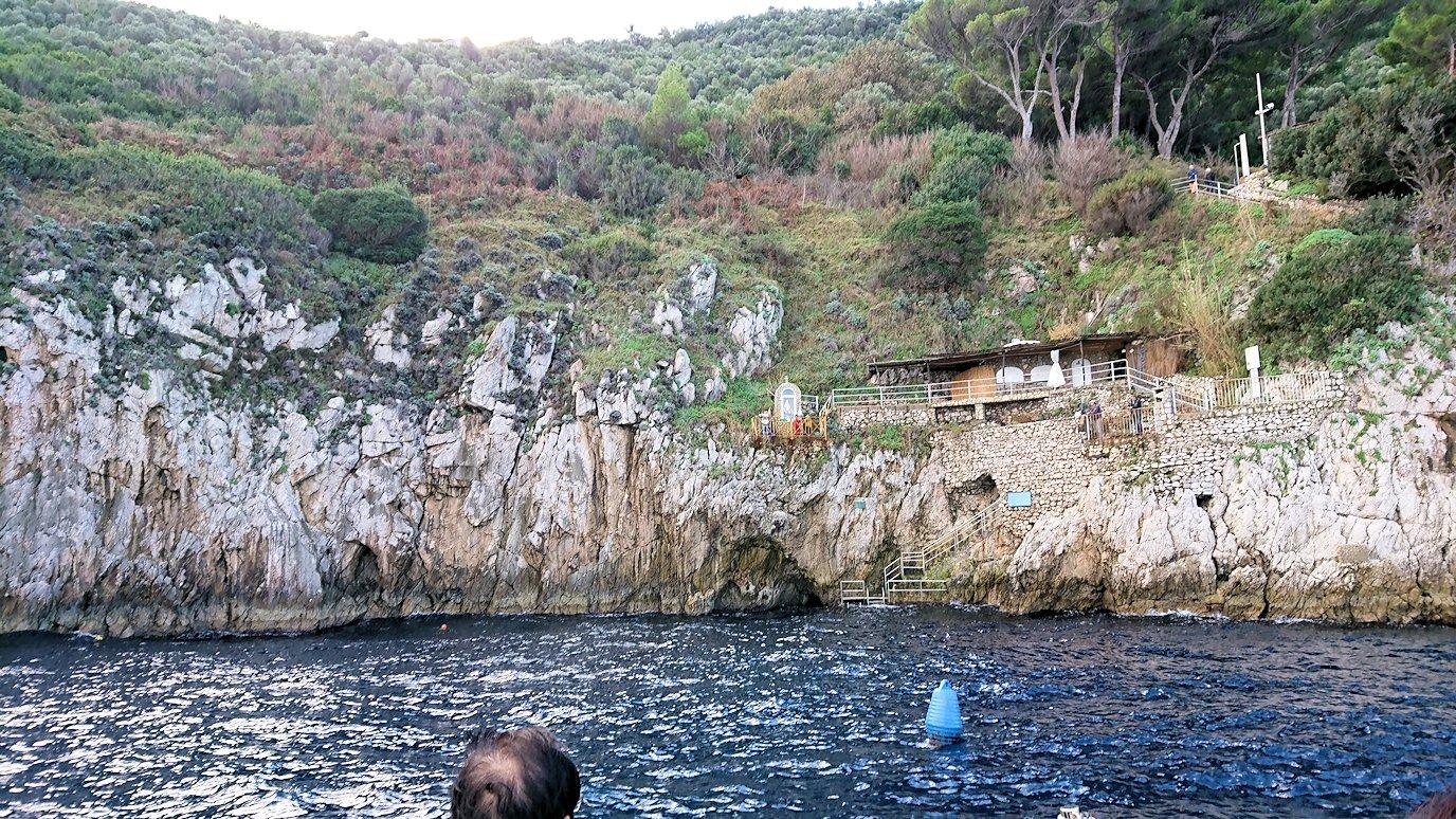 カプリ島から出る船で青の洞窟の外側を見学