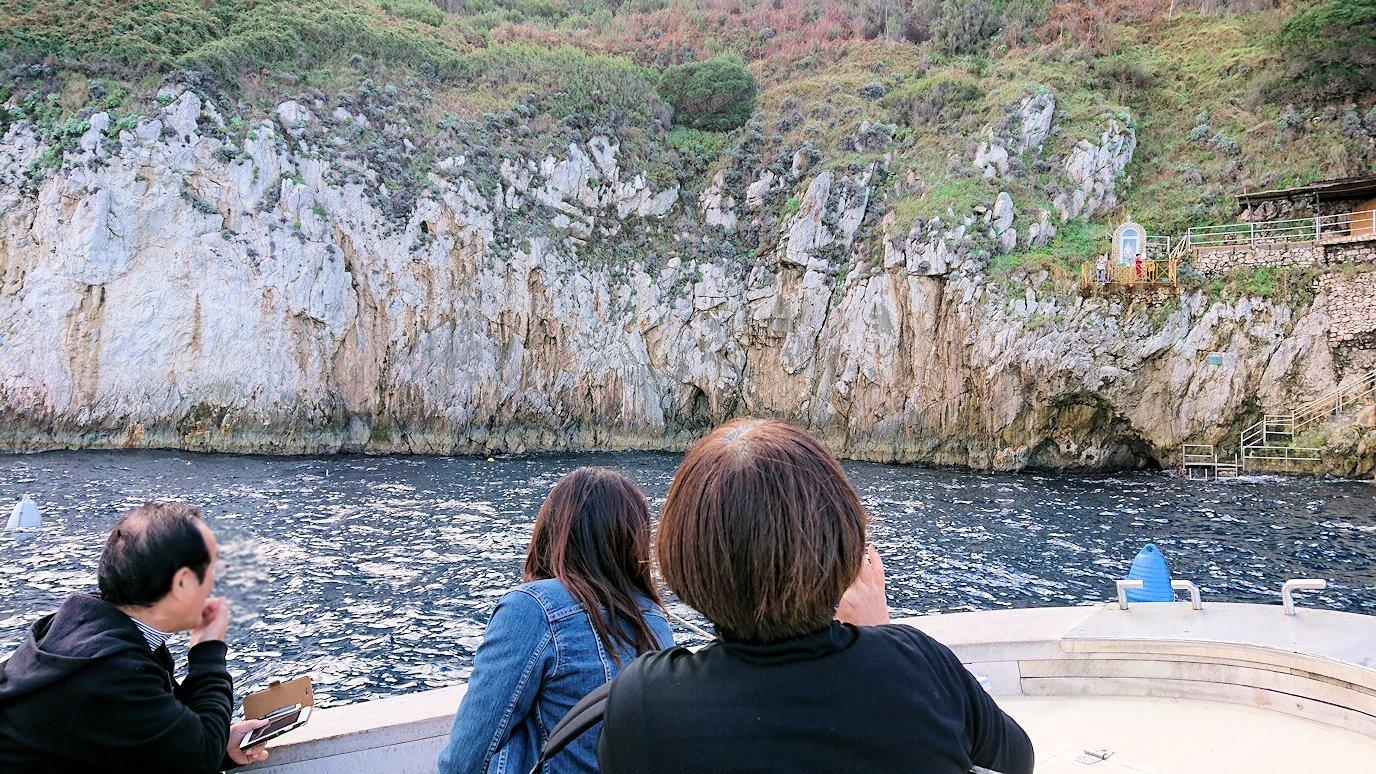 カプリ島から出る船で青の洞窟の外側を見学2