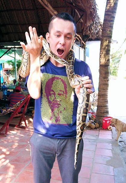 メコン川クルーズの島で蛇の首巻を体験するボク