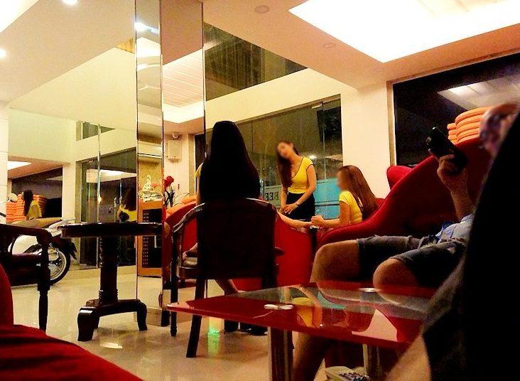 ホーチミン7区で日本人に人気のマッサージ店「クイーン・ビー」のロビーの様子-2